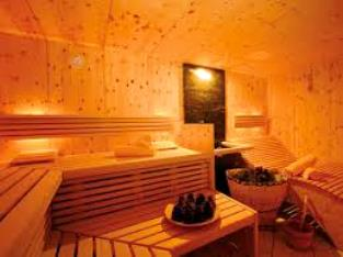 la sauna finlandese un ambiente rivestito completamente di legno con panche disposte a diverse altezze il calore viene generato da una stufa rivestita di
